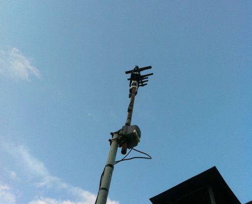 Antenne HD Bunny sur un mât en hauteur.